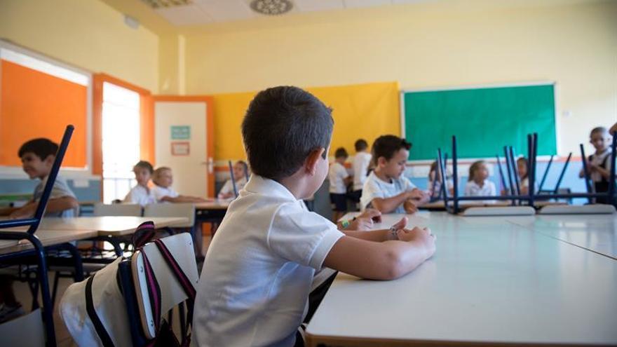 Varios niños y niñas en un aula. Foto de archivo.
