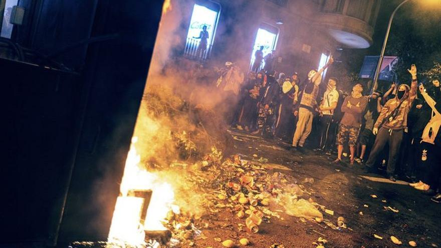 Los Mossos disparan proyectiles de 'foam' para abrir espacio a una barricada