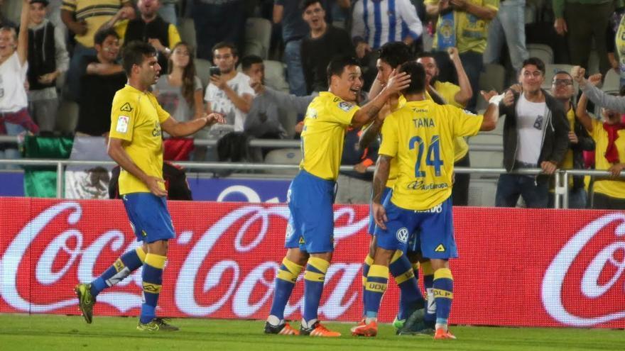 Los jugadores de la Ud celebran el gol de Araujo.