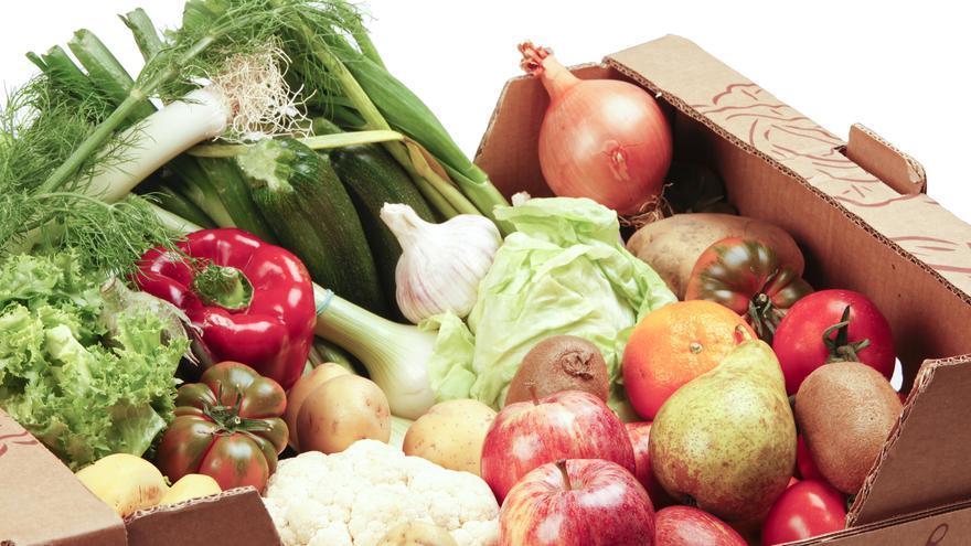 Caja con verduras, frutas y tubérculos.