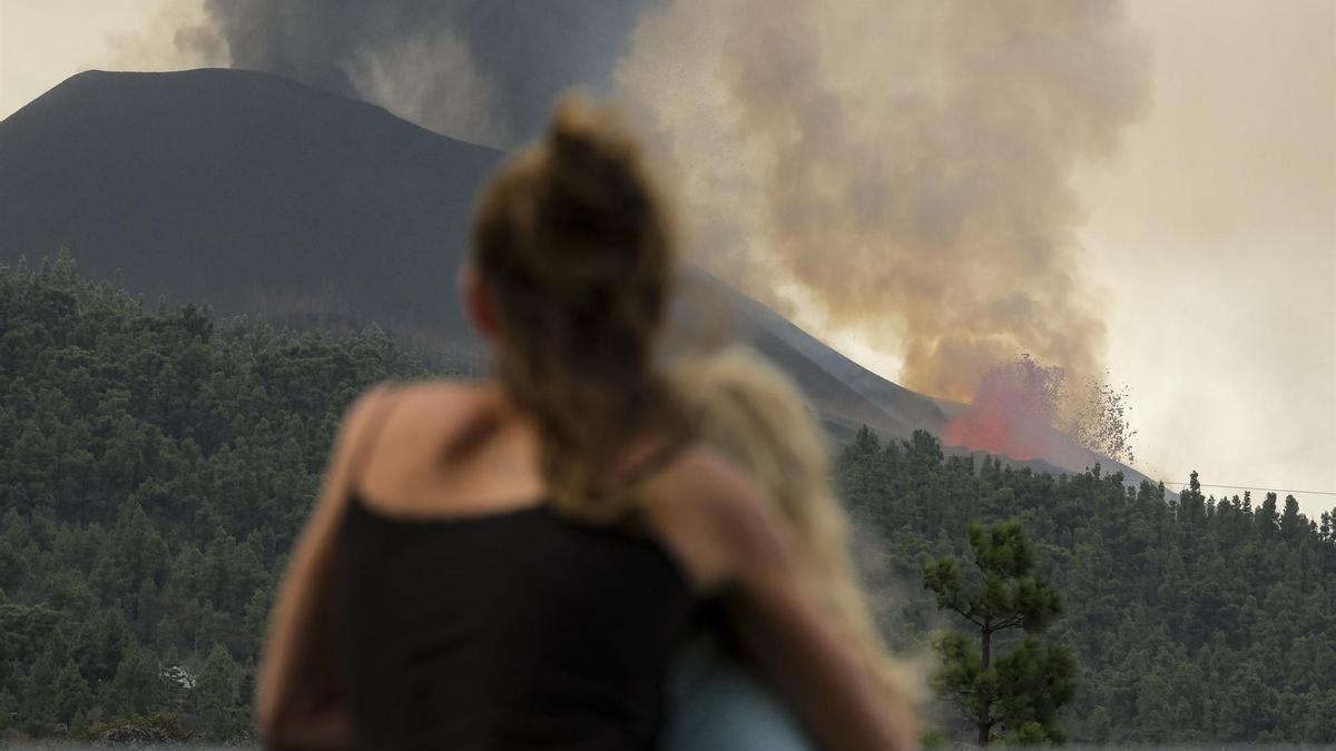 Dos personas abrazadas mientras observan la erupción volcánica este martes 28 de septiembre.
