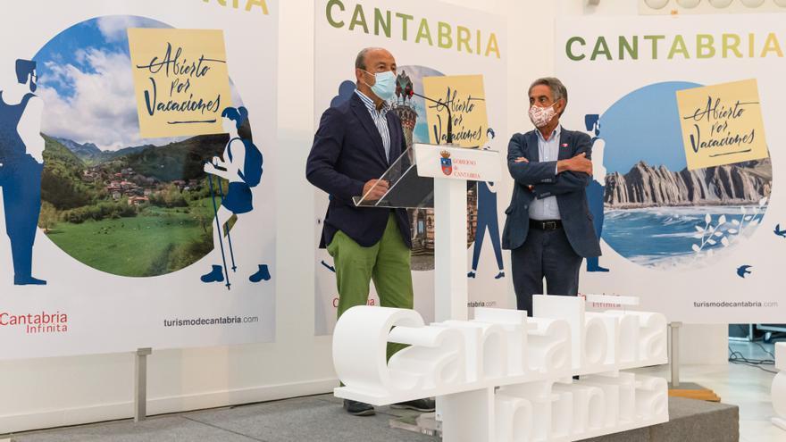 El presidente de Cantabria, Miguel Ángel Revilla, y el consejero de Industria, Turismo, Innovación, Transporte y Comercio, Javier López Marcano, presentan la campaña de promoción turística 'Cantabria, abierto por vacaciones'. Archivo