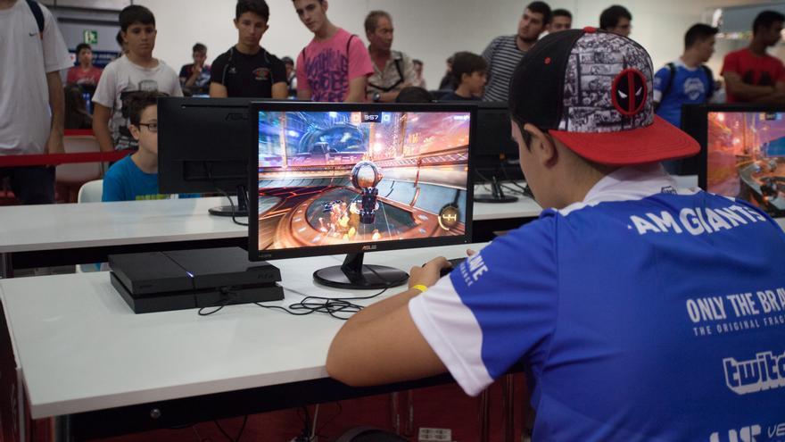 Multitud de chicos y chicas aprovecharon los espacios para jugar entre ellos en Gamergy / ANTONIO RULL
