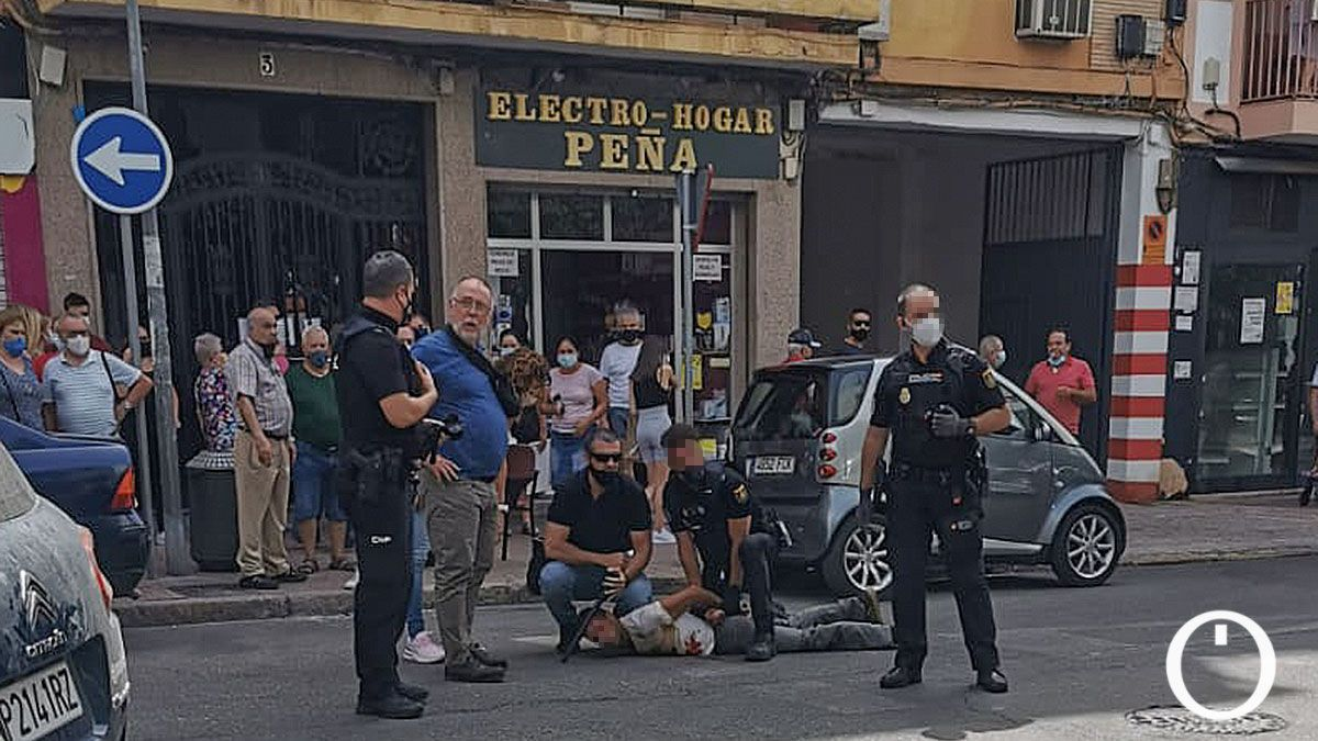 La policía reduce al herido antes de trasladarlo al hospital