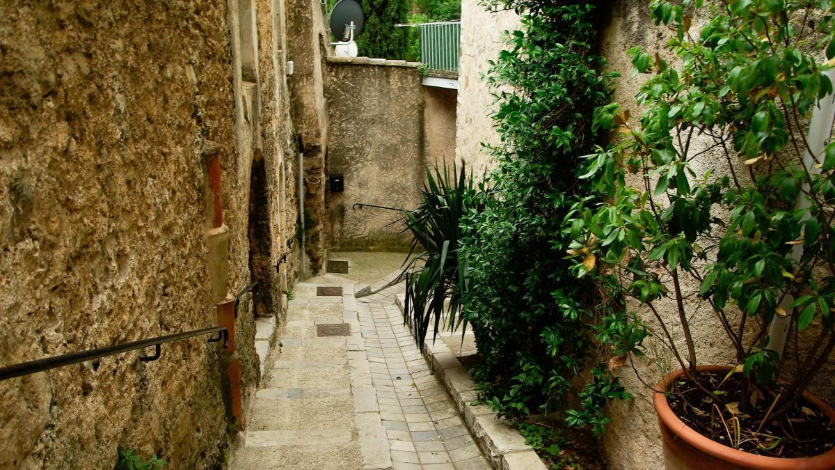 Las calles de los pueblos van quedando vacías de vecinos salvo contadas excepciones.