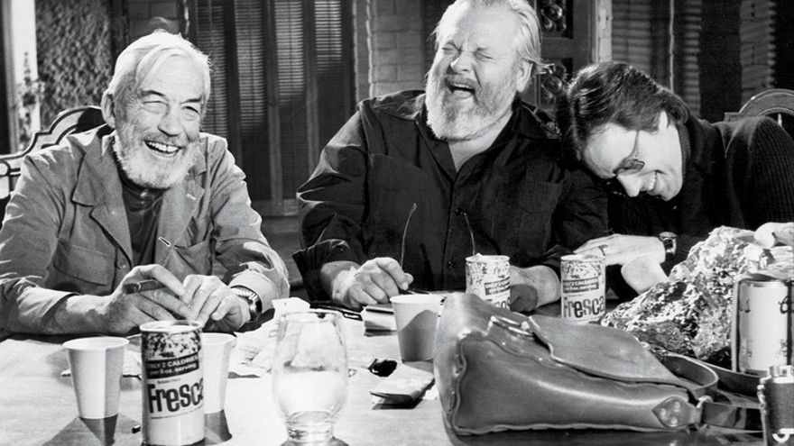 John Huston, Orson Welles, and Peter Bogdanovich se relajan durante el rodaje de 'The Other Side of the Wind'  | Steven Jaffe/Courtesy of The Welles-Kodar Collection, University of Michigan, Special Collections Library.