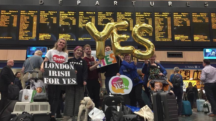 Irlandesas volviendo a casa para poder votar en el referéndum. Foto: Facebook campaña 'Home to vote yes'