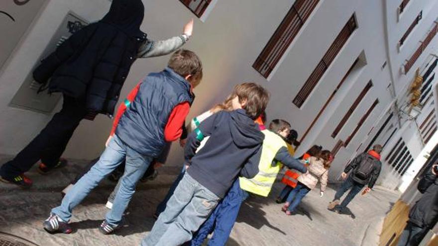 Las rutas a pie para grupos de niños acompañados por un adulto también conocidas como pedibuses.