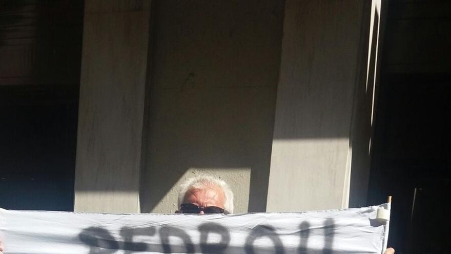 Simpatizantes del PSOE se acercan a Ferraz para mostrar su apoyo a Sánchez y su rechazo a los 'barones'