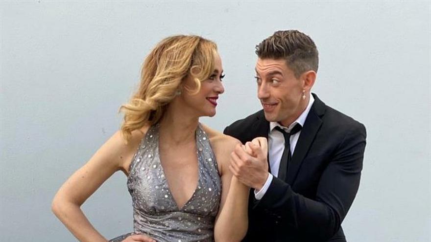 Fotografía cedida este lunes por Adrián Lastra en la que se registró a los actores españoles Marta Hazas (i) y Lastra (d), mientras posan bailando.