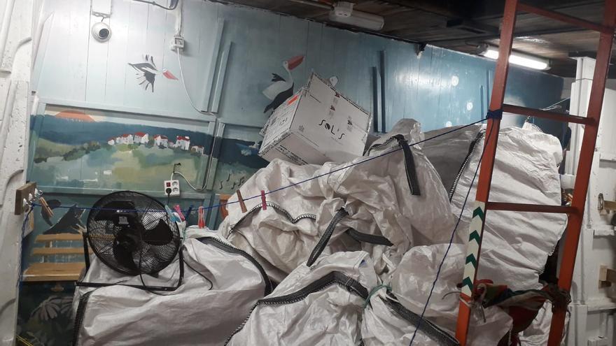 Chalecos salvavidas en la parte interior del barco, las murales al fondo se pintaron porque inicialmente era el lugar donde resguardarían a los náufragos tras rescatarlos