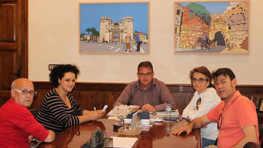 Noelia, con el alcalde de Mérida, en el centro de la imagen
