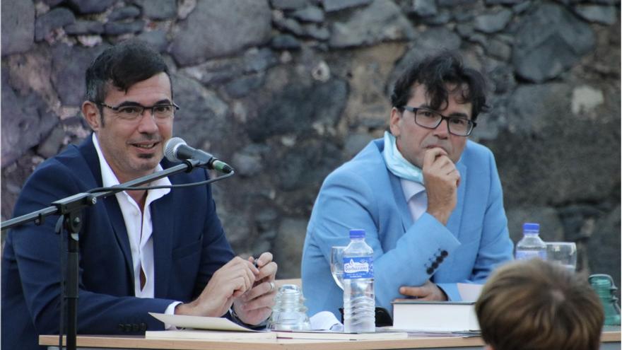 Esteban San Juan y Víctor J. Hernández Correa en la presentación en el Castillete de Santa Catalina.