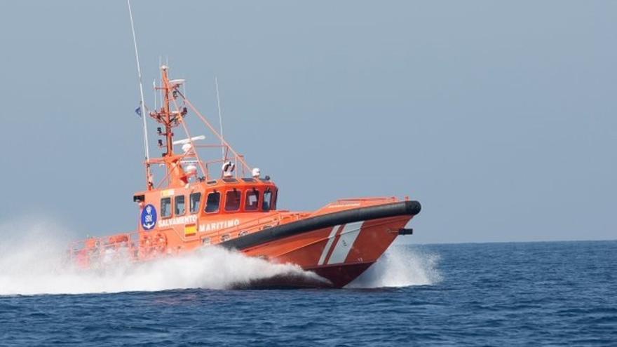 Trasladan al puerto de Algeciras a dos varones rescatados de una patera 'toy' en el Estrecho