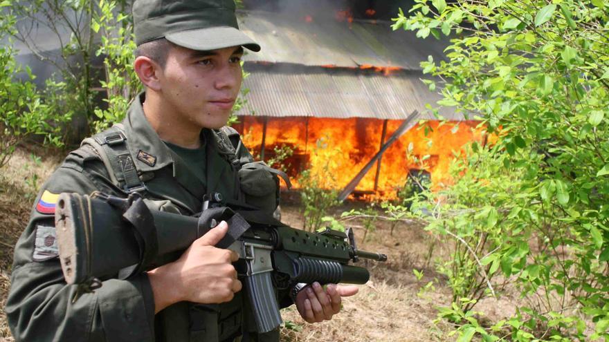Un efectivo militar colombiano controla trabajos de erradicación de cultivos de coca cerca de la frontera con Ecuador, en 2006