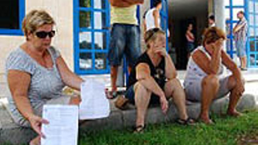 Protesta de los vecinos ante los juzgados de Maspalomas.