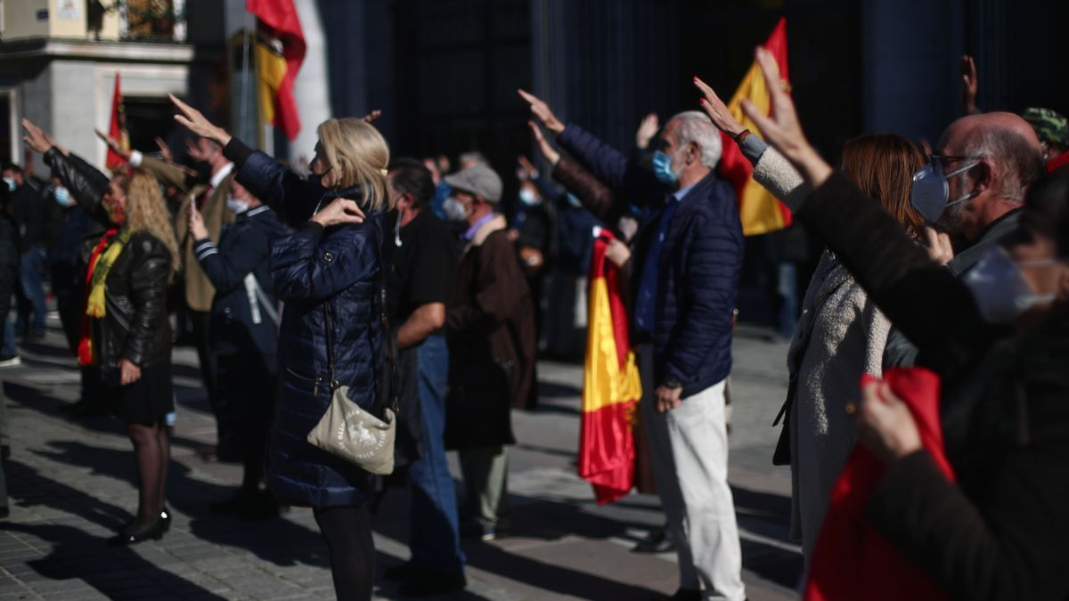 Archivo - Varias personas sostienen banderas de España y levantan el brazo derecho durante una concentración en conmemoración de la muerte de Franco y de José Antonio Primo de Rivera en la Plaza de Oriente, en Madrid (España), a 22 de noviembre de 2020.