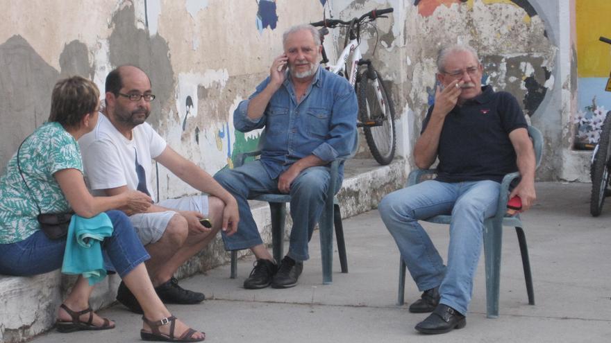 Julio Anguita conversa en el patio del colegio Rey Heredia momentos antes de la asamblea de la Acampada Dignidad.