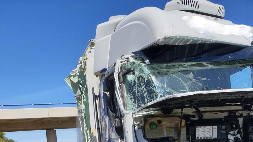 Herido leve un camionero tras chocar contra el quitamiedos en la A-67 a la altura de Cervatos