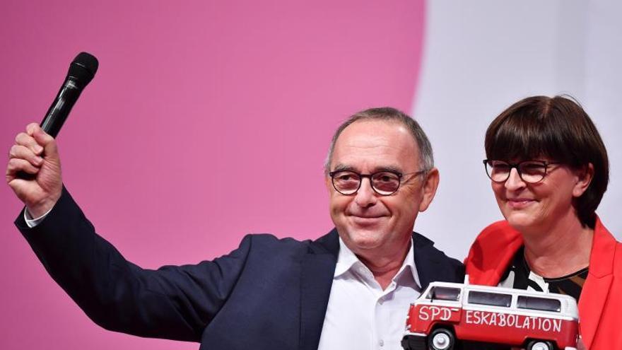 Socialdemocracia alemana elige jefatura crítica hacia coalición de Merkel
