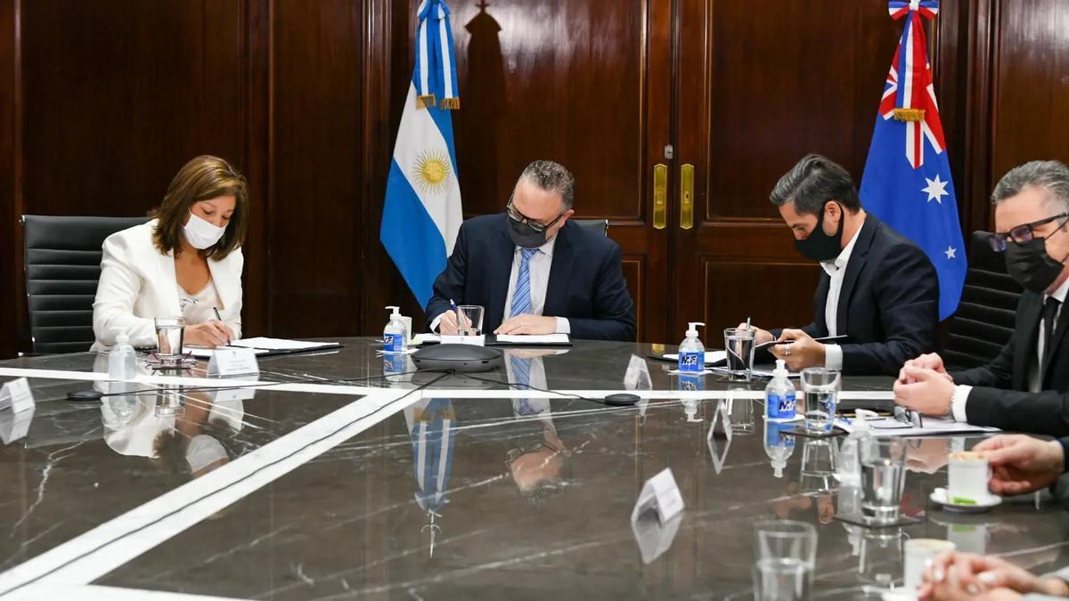 La gobernadora Carreras y el ministro Kulfas, con representantes de la empresa australiana Fortescue Fortune.