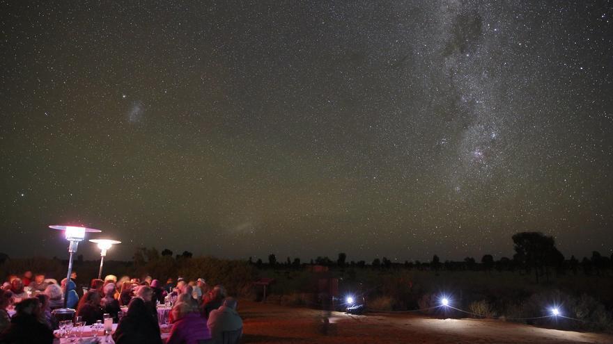 Pasar una noche en los alrededores del Ayers Rock es más que recomendable: los cielos limpios son brutales. Ed Dunens