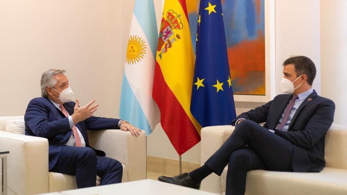 El presidente Fernández y el jefe del gobierno español, Pedro Sánchez, en La Moncloa.