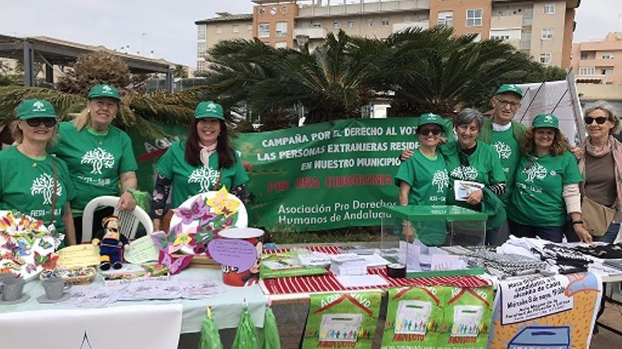 Mesa informativa de la campaña 'Aquí vivo, aquí voto' en Cádiz en 2019.