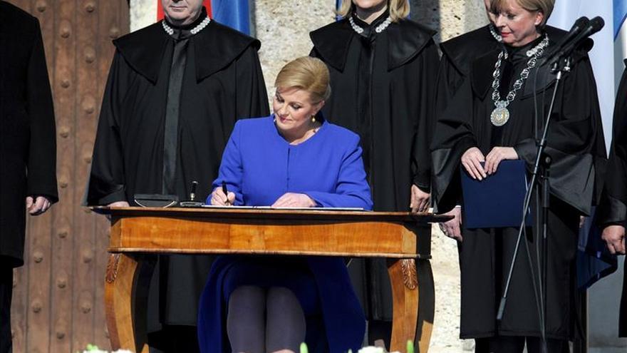 Grabar-Kitarovic jura su cargo como primera presidenta de Croacia