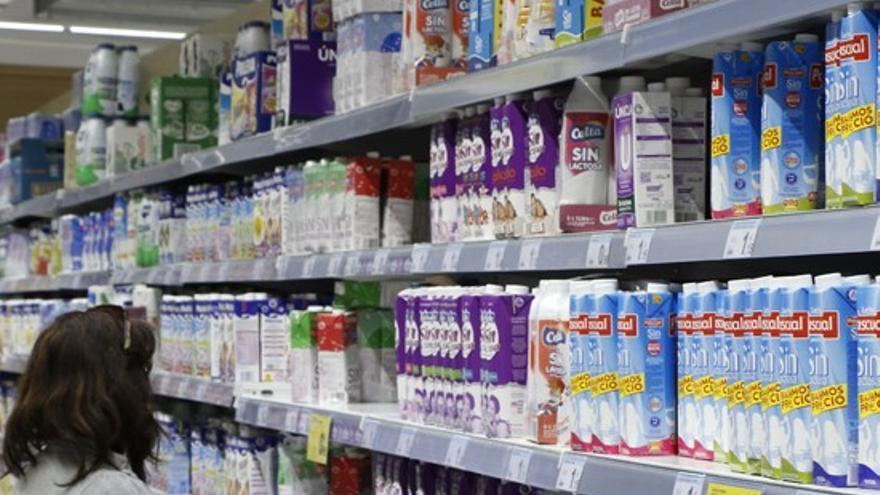 Leche en lineal de supermercado