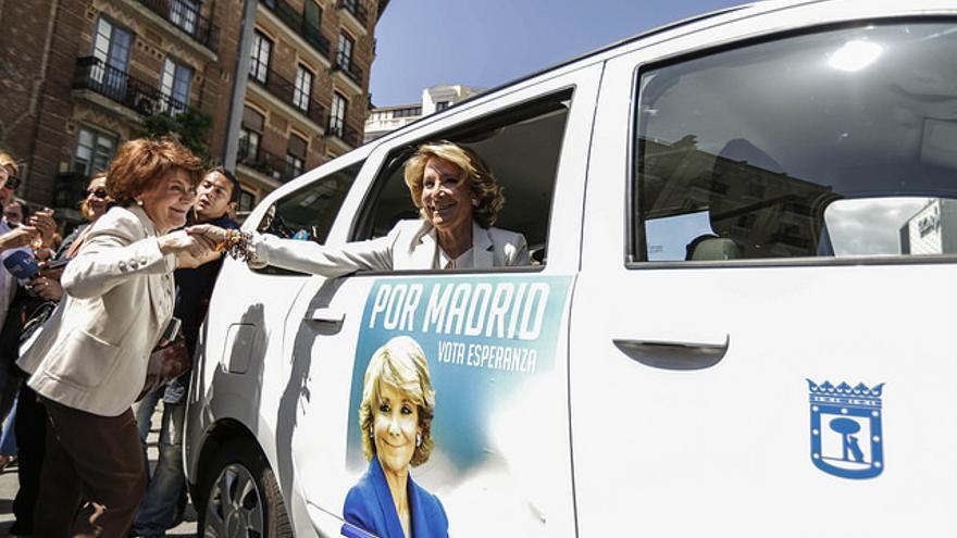 Esperanza Aguirre, en uno de los taxis con propaganda electoral de su campaña. / PP Madrid