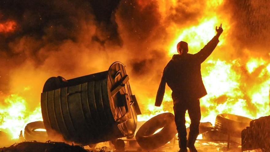 Opositores ucranianos frenan el avance de la policía con una cadena de fuego