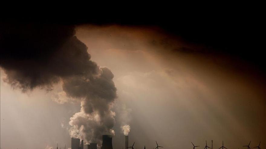 Imagen de archivo datada el 2 de marzo del 2012 que muestra vapor y humos saliendo de las chimeneas de la planta Niederaussem en Bergheim, Alemania. / Efe