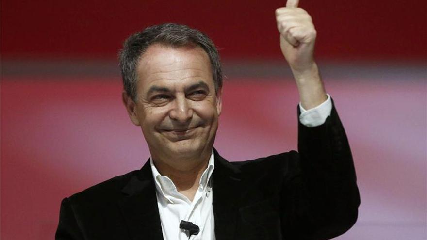 Zapatero reivindica su política social y urge a defender el sistema de pensiones