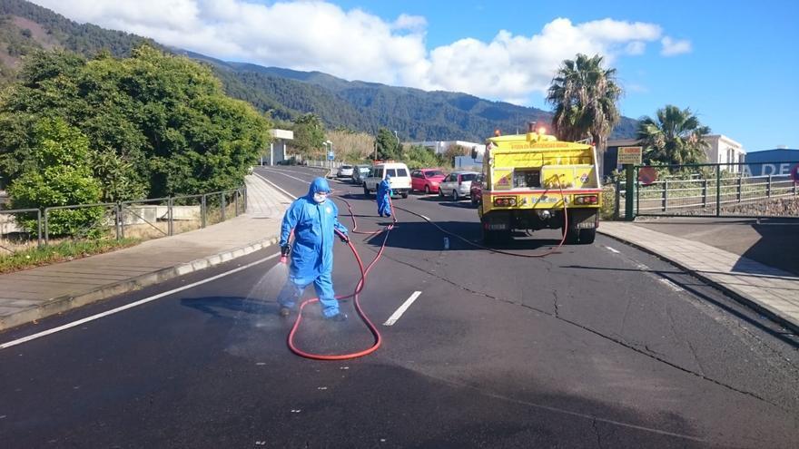 Voluntarios de AEA, este domingo, durante las labores de desinfección.