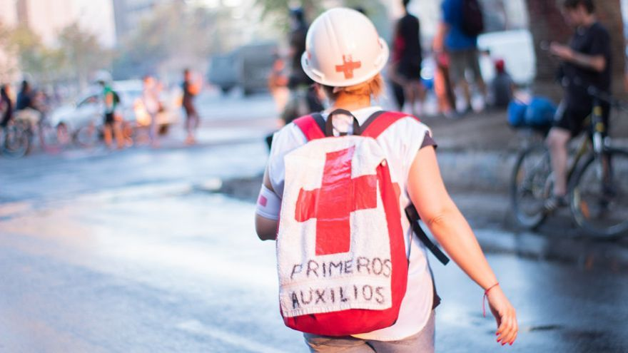 Imagen de una voluntaria en las protestas chilenas