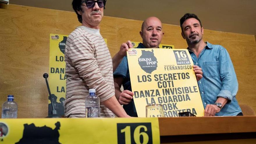 """Los músicos Manuel España, de La Guardia (i), y Jordi Sánchez, de OBK (d), junto al promotor musical Juan Francisco Senabre (c), presentaron el festival """"Bikini Pop""""."""
