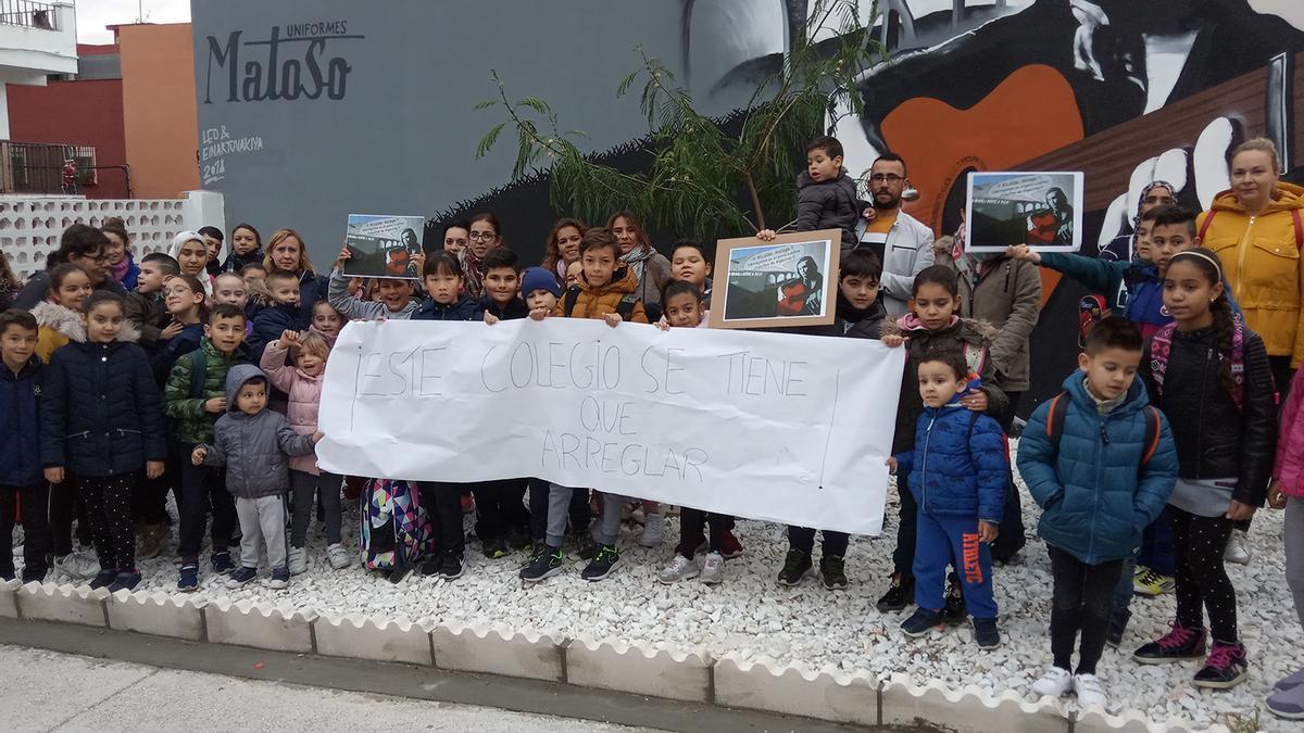 La comunidad escolar de La Bajadilla de Algeciras se manifiesta para que arreglen su centro después de 10 años