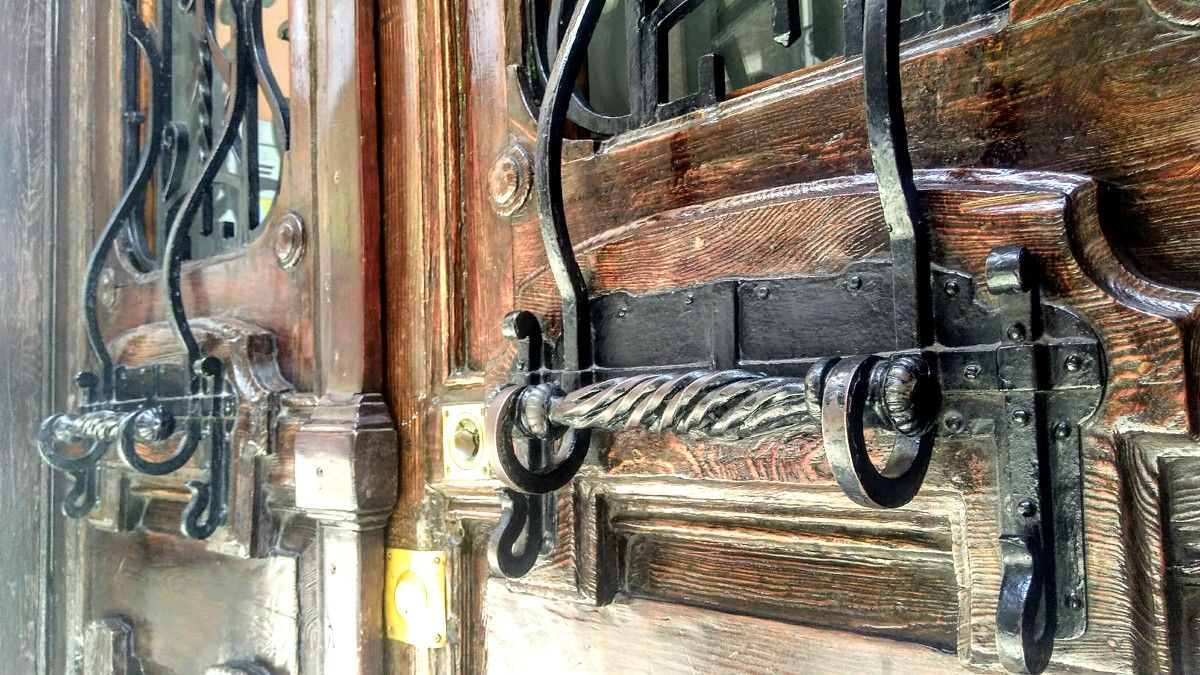 Las Antiguas Puertas De Madera Caminan Hacia Una Silenciosa