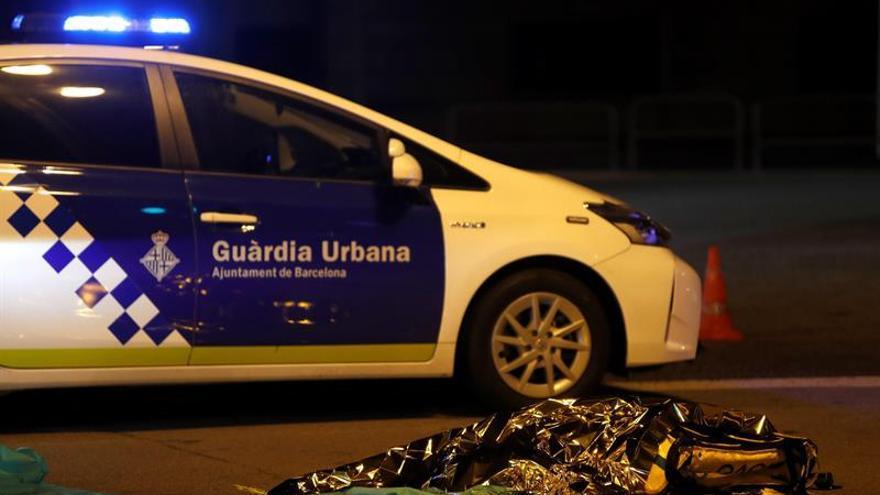 Un repartidor de comida a domicilio ha fallecido esta noche en el centro de Barcelona al ser atropellado por un camión del servicio de limpieza.