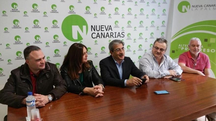 En la imagen de archivo, Román Rodríguez (c) con dirigentes de Nueva Canarias en La Palma.