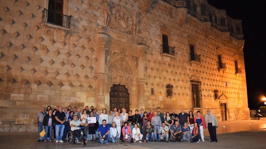 Algunos de los ciudadanos que acudieron al encuentro, delante del Palacio del Infantado, en Guadalajara. Foto: Rubén Madrid
