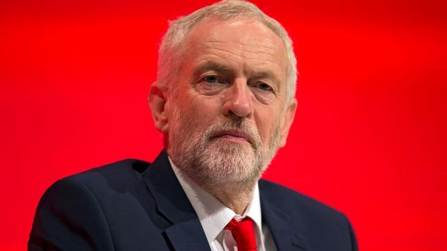 """Corbyn alerta del daño para la industria británica de un """"brexit"""" """"duro"""""""