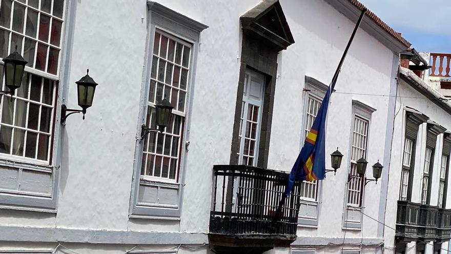 Bandera a media asta del Real Club Náutico de Santa Cruz de La Palma.