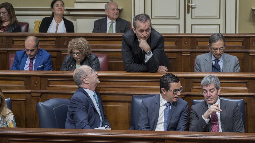 El consejero de Economía, Pedro Ortega, (primero por la izquierda) mira a José Miguel Ruano (en pie) y este dirige su mirada a Pablo Rodríguez y Fernando Clavijo, vicepresidente y presidente del Ejecutivo regional.
