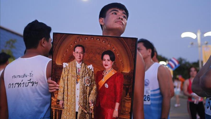 Breve aparición pública del rey de Tailandia tras su paso por el quirófano