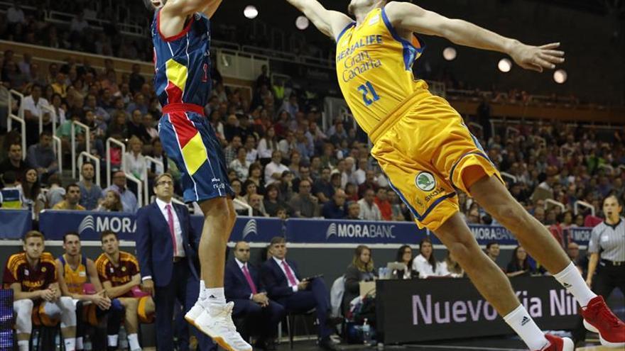 Vladimir Jankovic (i), alero serbio del MoraBanc Andorra, con el balón ante Oriol Paulí, alero español del Herbalife Gran Canaria.