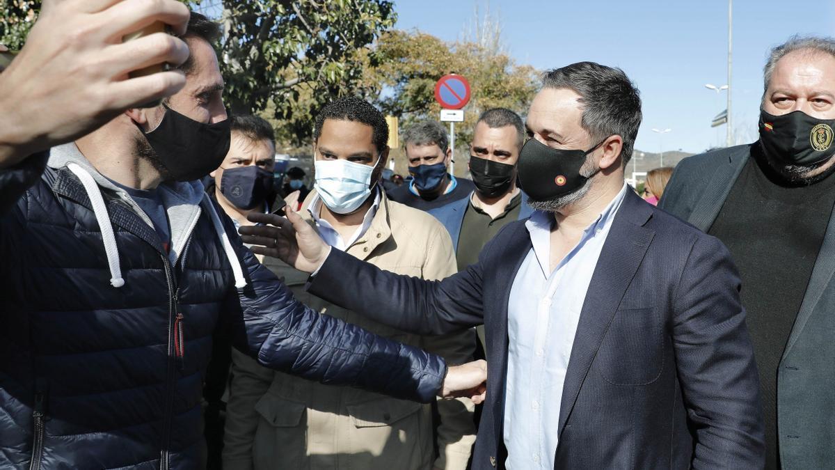 El presidente de Vox, Santiago Abascal, acompañado por el candidato de Vox a la presidencia de la Generalitat, Ignacio Garriga, en un acto en Barcelona.