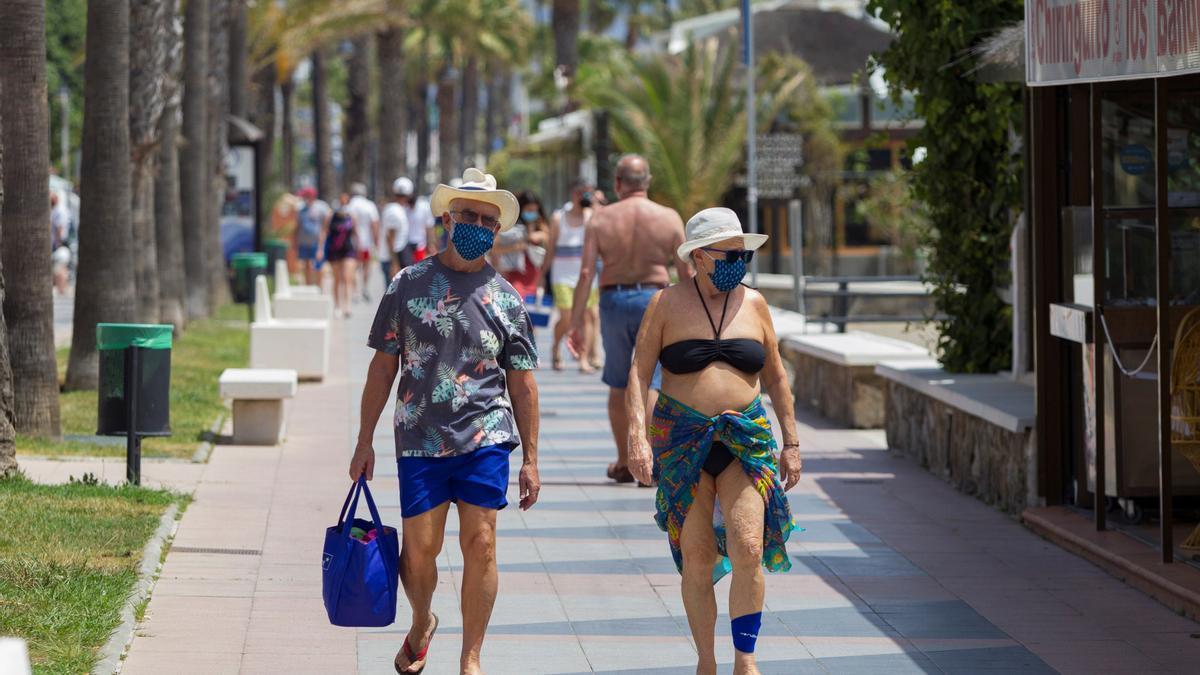 Una pareja anda por el paseo marítimo de Playamar en Málaga, en una fotografía de archivo. EFE/Álvaro Cabrera.