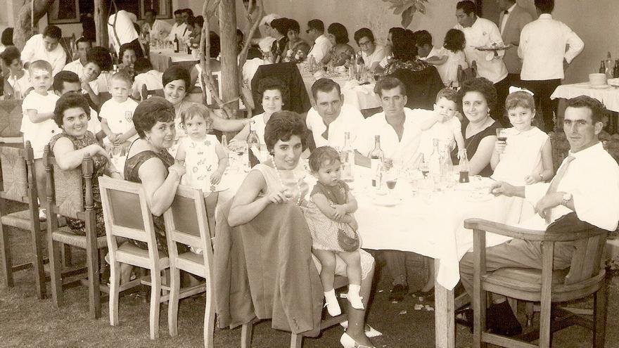 Familias gallegas en Chimbote durante una comida.
